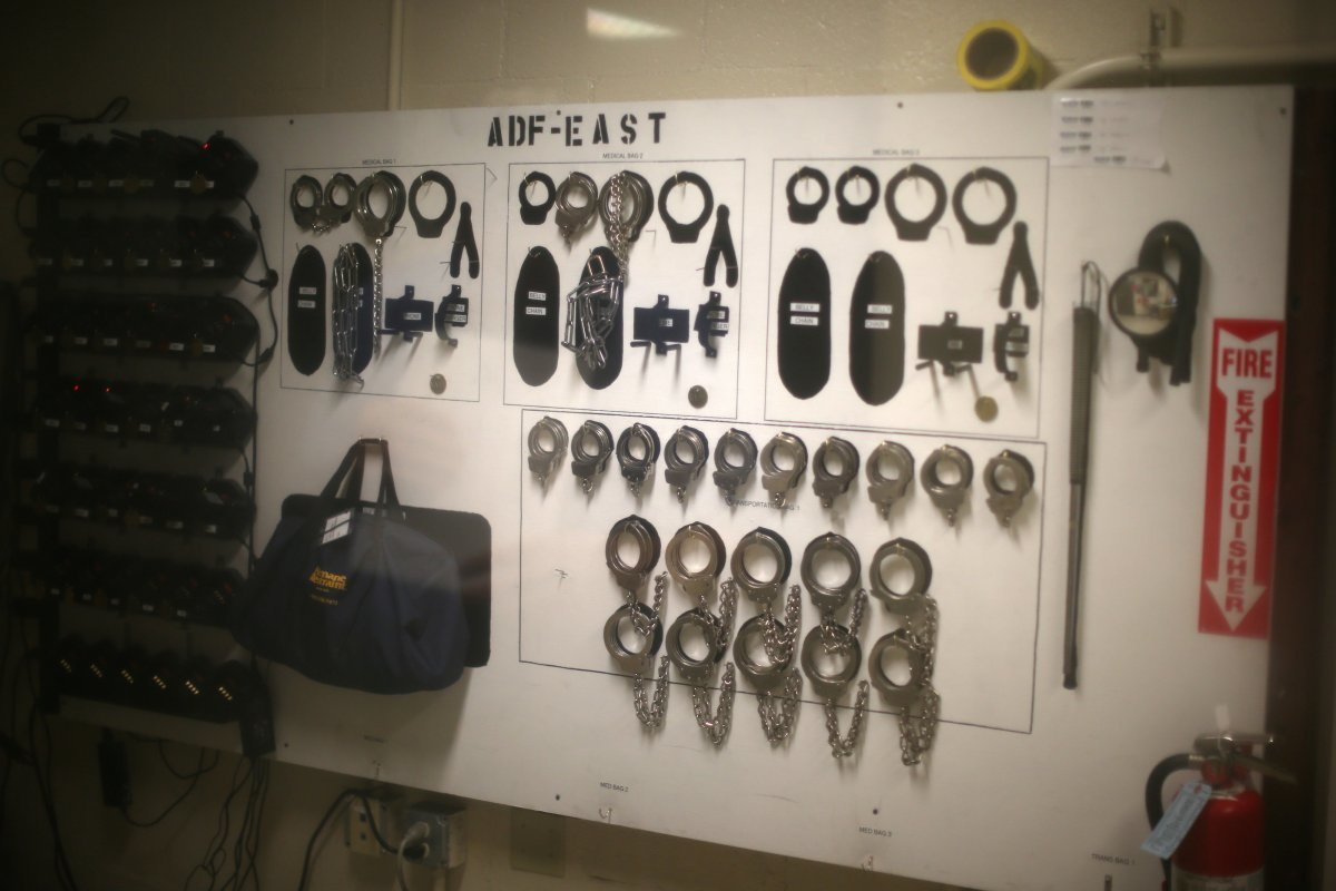 壁一面にぶら下がっているのは、センター職員が使用する手錠